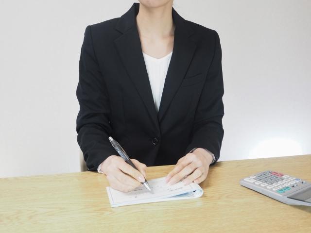 帳簿を付ける女性
